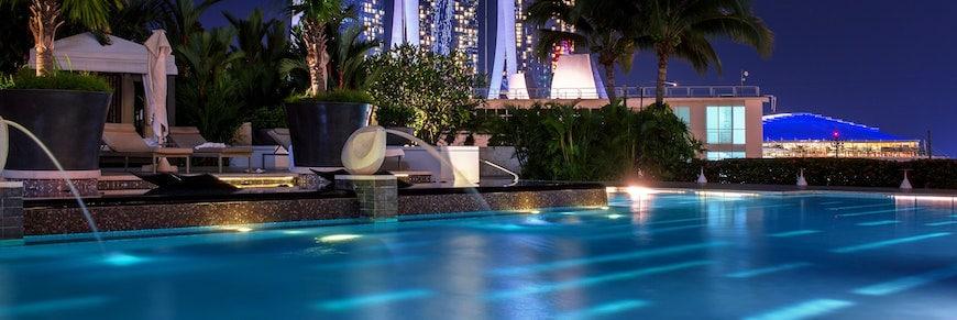 festa in piscina di sera